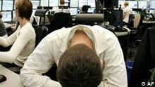 Ein Aktienhaendler ist am Freitag, 10. Oktober 2008, an der Boerse in Frankfurt am Main zu sehen. Die Angst vor einer weltweiten Rezession hat am Freitagmorgen fuer einen Ausverkauf an den Aktienmaerkten gesorgt. Der Deutsche Aktienindex DAX stuerzte nach Handelseroeffnung um 9 Prozent auf 4.447 Punkte in die Tiefe. (AP Photo/Michael Probst) ---A broker reacts at the stock market in Frankfurt, central Germany, Friday, Oct. 10, 2008. The euro fell against the dollar Friday as world markets retreated further on worries that strains in the financial system would persist and growth would suffer. (AP Photo/Michael Probst)