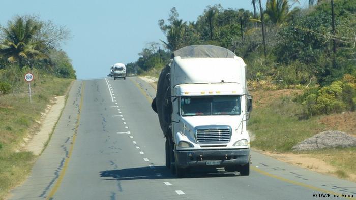 Mosambik Inhambane - LKW in EN1, die Straße die das ganze Land verbindet