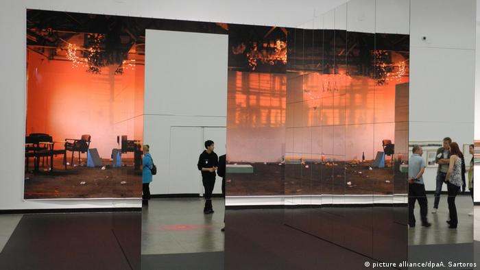Isa Genzken exhibition in the Kunsthalle Vienna shows a large mural and mirrors creating an optical illusion (picture alliance/dpaA. Sartoros)