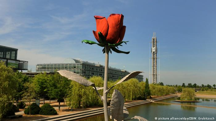 Blooming rose made of steel in front of the Messe Leipzig (picture alliance/dpa/ZB/W. Grubitzsch)
