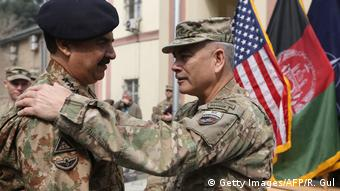 Pakistan Ex-Armee Chef General Raheel Sharif und US-General John Campbell (Getty Images/AFP/R. Gul)