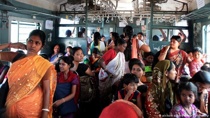 Indien Frauen reisen im Zug (picture-alliance/dpa/P. Adhikary)
