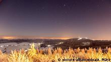 Der Sternenhimmel über dem schneebedeckten Erzgebirge bei Oberwiesenthal (Sachsen), fotografiert am 06.01.2017. (zu dpa «Kälteste Nacht des Jahres -Minus 26 Grad in zwei bayerischen Orten» vom 07.01.2017) Foto: Andre März/dpa | Verwendung weltweit