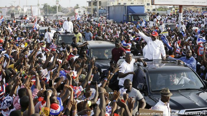 Akufo-Addo waves to supporters (photo: picture-alliance/AP Photo/Sunday Alamba File)