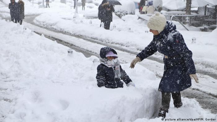Türkei Schnee in Istanbul (picture alliance/dpa/AP/M. Gorder)