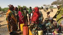 Wasserbrunnen im Camp Ngagala:_Das Wasser ist das größte Problem für die Bewohner des Camps_ Oft versiegt die Quelle, erzählen die Frauen von Ngagala. Foto: António Cascais / DW am 23.11.2016