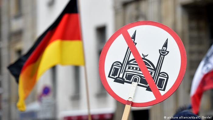 An anti-Islam demonstration (picture alliance/dpa/C. Seidel)