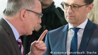 Deutschland Bundesinnenminister Thomas de Maiziere und Bundesjustizminister Heiko Maas