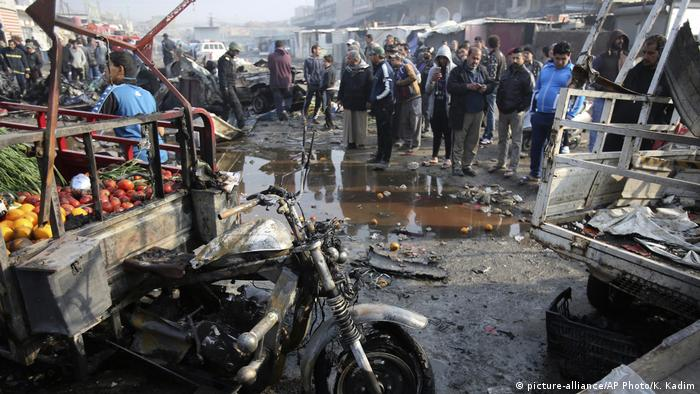 Irak Sadr City - Markt nach Explosion durch Autobombe (picture-alliance/AP Photo/K. Kadim)