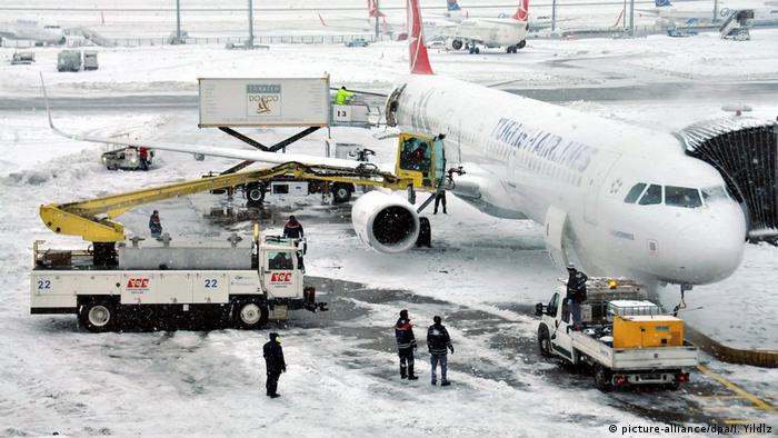 Türkei Schnee auf dem Flughafen Istanbul (picture-alliance/dpa/I. Yildlz)