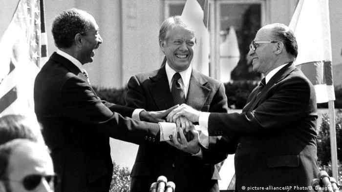 جیمی کارتر، رئیس جمهوری وقت آمریکا در کمپ دیوید میزبان سران اسرائیل و مصر برای امضای قرارداد صلح میان این دو کشور بود