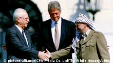 USA / Israel / Palästina - US President Bill Clinton, Yitzhak Rabin und Yasser Arafat 1993 zum Oslo II abkommen