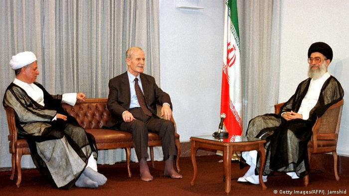 Hafez Assad diapit Ayatollah Ali Khamanei (ka.) dan Presiden Iran Ali Akbar Rafsanjani (ki) di Teheran