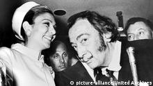 Iran Kaiserin Farah Diba von Persien und Salvador Dali (picture-alliance/United Archives)