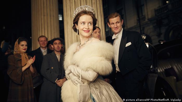Cena da série The Crown, da Netflix, com Claire Foy em túnica branca como a rainha Elizabeth e Matt Smith como seu marido, o príncipe Philip.