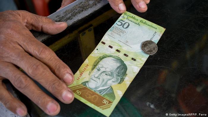 Venezuela 50 Bolivar Banknote und Münze (Getty Images/AFP/F. Parra)