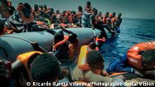 Ein Schlauchboot mit Flüchtlingen vor der libyschen Küste bei Misrata
