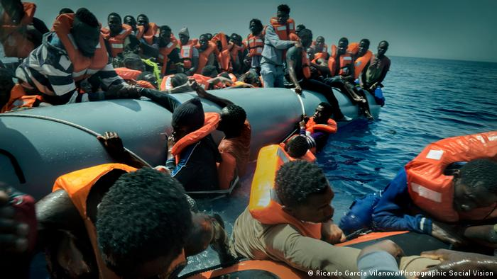 Refugees being picked up from the sea (Ricardo García Vilanova/Photographic Social Vision)