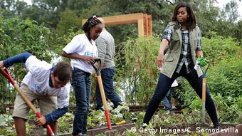 Мишель Обама вместе со школьниками обрабатывает грядки у Белого дома