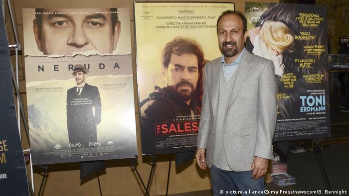 Regisseur Asghar Farhadi steht vor Filmplakaten