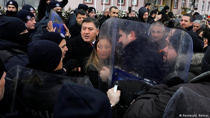 Кадър от вчерашните протести пред парламента срещу предложението за конституционна реформа
