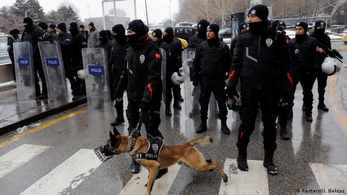 Türkei | Polizei blockiert Straße um Proteste vor dem Parlament gegen die Verfassungsänderung zu verhindern