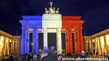 Poarta Brandenburg din Berlin, în culorile tricolorului francez, în solidaritate cu victimele atentatului islamist de la Paris