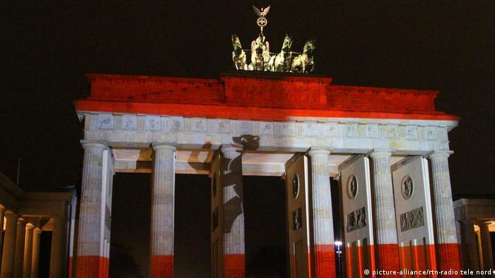 Brandenburg Gate lit up in commemoration (picture-alliance/rtn-radio tele nord)