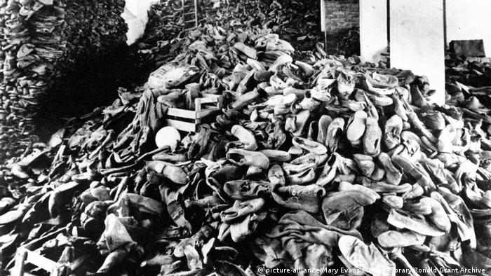 Szene aus Nacht und Nebel von Alain Resnais mit Hinterlassenschaften getöteter Juden im Konzentrationslager (picture-alliance/Mary Evans Picture Library/Ronald Grant Archive )