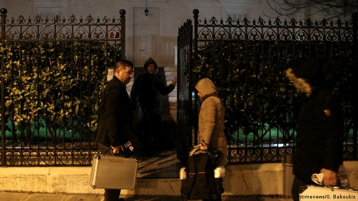 Investigators enter a residence block where Russian consul Andrey Malanin was found (Reuters/Intimenews/G. Baboukis)