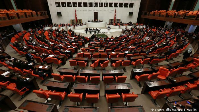 Türkei Parlament berät über Verfassungsreform in Ankara (picture-alliance/dpa/B. Ozbilici)