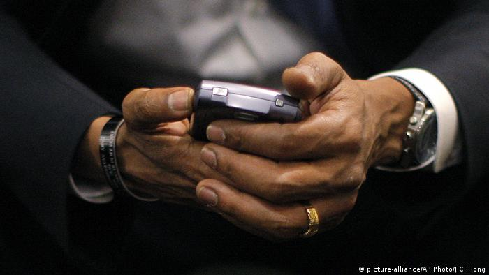 Obama with a BlackBerry in 2008 (picture-alliance/AP Photo/J.C. Hong)