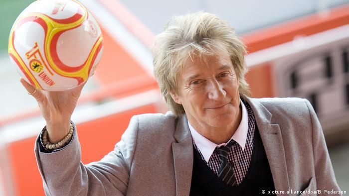 Fanático del fútbol, el músico intentó hacer carrera en el balompié, pero no tuvo éxito.