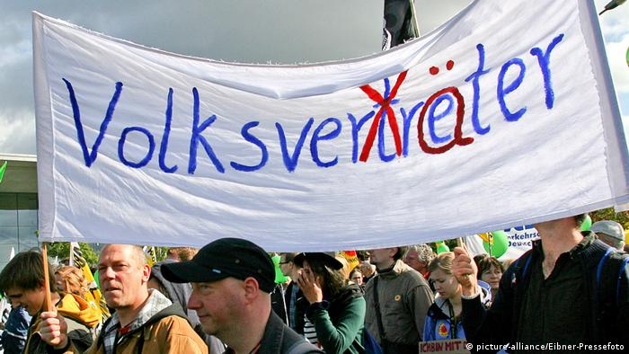 Marchers carry a banner with the word Volksverräter written on it in paint (picture-alliance/Eibner-Pressefoto)