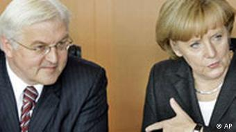 Bundeskanzlerin Angela Merkel, rechts und Aussenminister Frank-Walter Steinmeier gehen zu einer Kabinettsitzung ueber die Finanzkrise am Montag, 13. Oktober 2008 in Berlin. Das Kabinett beriet ueber das 470 Milliarden Euro schwere Rettungspaket fuer den deutschen Finanzsektor. (AP Photo/Herbert Knosowski)----German Chancellor Angela Merkel, right, and Foreign Minister Frank-Walter Steinmeier arrive at a meeting of the cabinet in Berlin, Germany, Monday, Oct. 13, 2008, focusing on the financial crisis. German leaders worked Monday to tie up a rescue package for their banking system that officials said could be worth as much as Euro 400 billion (US$543 billion)part of a coordinated effort to shore up the euro zone's financial sector. (AP Photo/Herbert Knosowski)