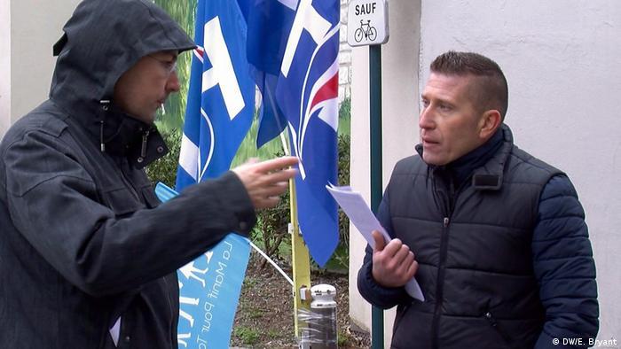 Представитель Национального фронта беседует с избирателем