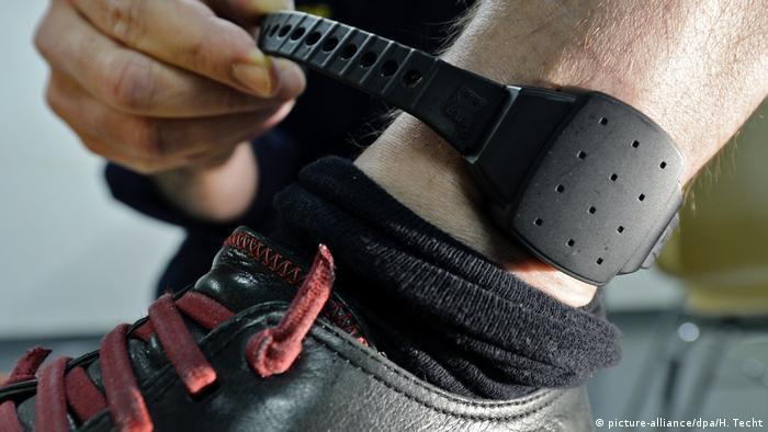 Anlegen einer Elektronische Fußfessel
