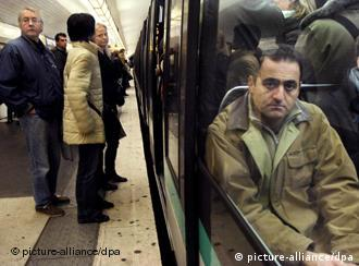 Commuters crowd into a Metro carriage on the third day of the nationwide strike in Paris, France, 16 November, 2007. A national 24 hours transport strike called by the trade unions in defence of their special pension plans as French President Sarkozy intends to put and end to them. EPA/YOAN VALAT +++(c) dpa - Bildfunk+++