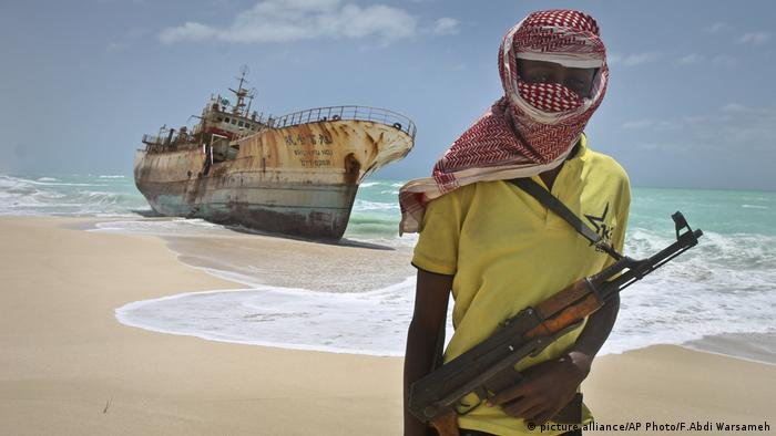 Somalischer Pirat Somalia (picture alliance/AP Photo/F.Abdi Warsameh)