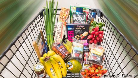 DW: Τα γερμανικά σουπερμάρκετ παράγουν τα δικά τους τρόφιμα