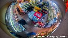 In einem Spiegel sind am 29.03.2016 in einem Lebensmittelmarkt in Gadebusch (Mecklenburg-Vorpommern) die Verkaufsregale zu sehen. Foto: Jens Büttner/dpa | Verwendung weltweit