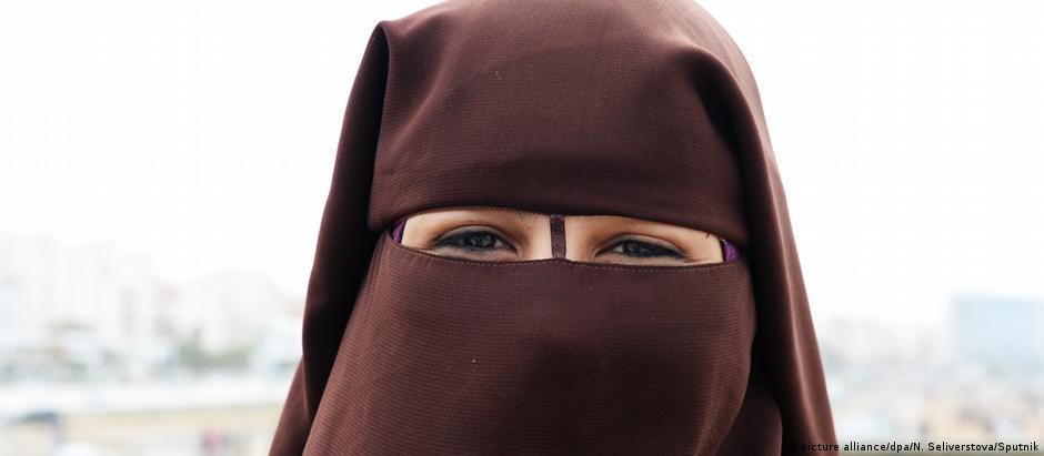 O niqab cobre completamente o rosto da mulher, mas, diferentemente da burca, deixa os olhos descobertos
