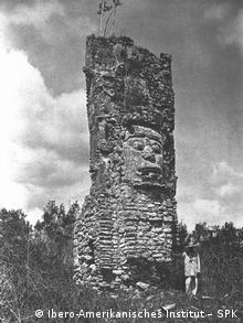 Torre de Nocuchich con rostro antropomorfo.