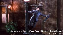 SINGIN' IN THE RAIN (US 1952) MGM GENE KELLY PICTURE FROM THE RONALD GRANT ARCHIVE Date: 1952 (Mary Evans Picture Library) | Nur für redaktionelle Verwendung., Keine Weitergabe an Wiederverkäufer.