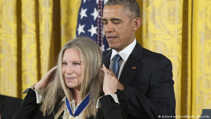 Barack Obama and Barbra Streisand (picture-alliance/dpa/M. Reynolds)