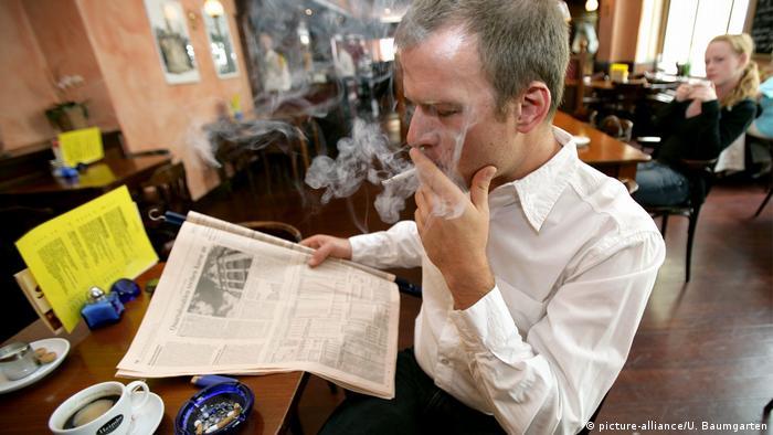 Raucher raucht Zigarette in Cafe