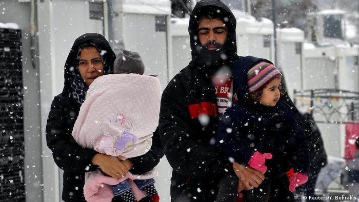 Griechenland - Schnee in einem Flüchtlingslager im Norden Athens