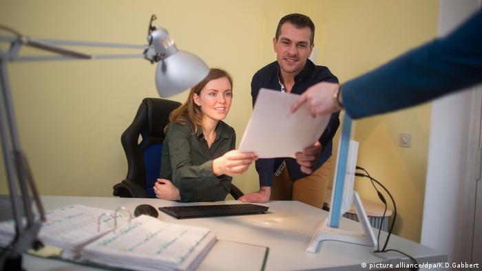 Женщина и мужчина за столом в офисе