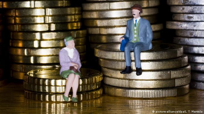 Куклы мужчины и женщины на столбиках монет