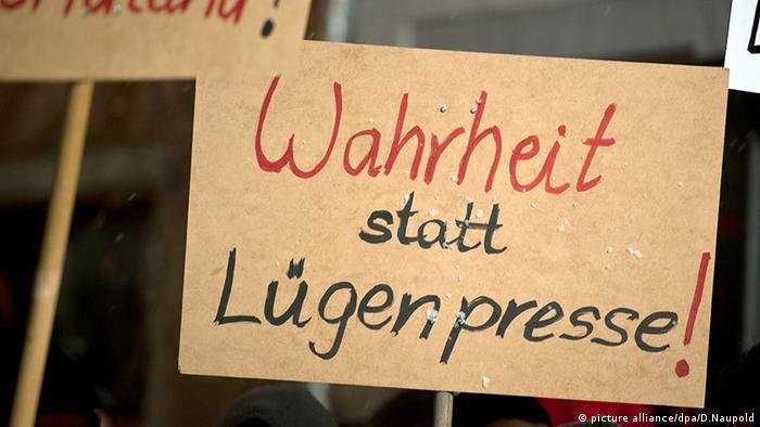 Plakat mit dem Wort Lügenpresse Symbolbild